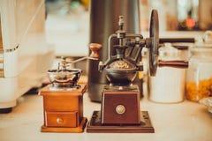 Amoladora de café manual en la tabla en la cafetería foto de archivo