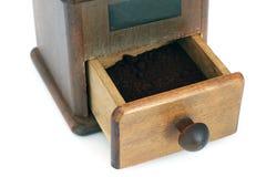 Amoladora de café manual en un fondo blanco antiquary fotografía de archivo