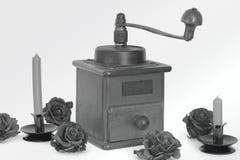 Amoladora de café manual en un fondo blanco antiquary fotografía de archivo libre de regalías