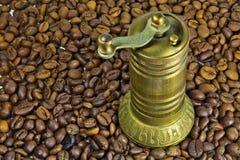 Amoladora de café turco vieja fotos de archivo