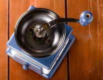 Amoladora de café vacía en fondo de madera Fotografía de archivo
