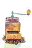 Amoladora de café vieja con las habas Imagen de archivo