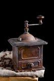 Amoladora de café vieja del vintage con los granos de café asados todavía de la oscuridad vida Imágenes de archivo libres de regalías
