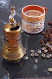 Amoladora de café y granos de café fotografía de archivo