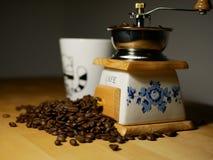 Amoladora de café y granos de café viejos Fotos de archivo libres de regalías
