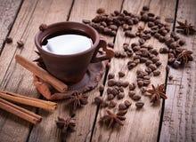 Amoladora de café y taza de café caliente en la tabla de madera imagen de archivo libre de regalías