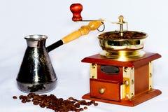 Amoladora de café y turka con café Foto de archivo libre de regalías