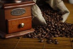 Amoladora de café con el bolso Foto de archivo libre de regalías