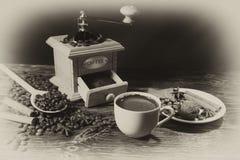 Amoladora de la mano, taza, especias y granos de café asados Fotos de archivo