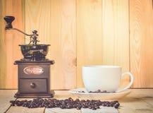 Amoladora de la taza de café y de café Imágenes de archivo libres de regalías