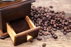 Amoladora del grano de café del vintage y café molido fresco fotografía de archivo libre de regalías