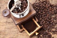 Amoladora del grano de café del vintage y café molido fresco imágenes de archivo libres de regalías
