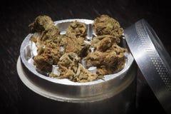 Amoladora del metal con marijuana Foto de archivo libre de regalías