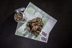 Amoladora del metal con marijuana y dinero Fotos de archivo libres de regalías