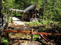 Amoladora histórica en el río de la montaña - Austria Imagenes de archivo