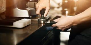 Amoladora Portafilter Concept de Barista Coffee Maker Machine Imágenes de archivo libres de regalías