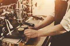 Amoladora Portafilter Concept de Barista Coffee Maker Machine Fotografía de archivo