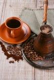 Amoladora, turco y taza de café de café Fotografía de archivo