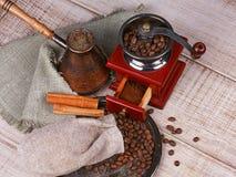Amoladora, turco y taza de café de café Fotos de archivo libres de regalías
