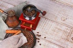 Amoladora, turco y taza de café de café Foto de archivo