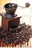 Amoladora y habas de café Fotografía de archivo