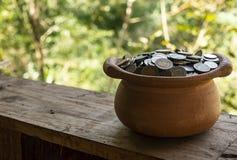 Amontonamiento de la moneda en tarro quebrado del tesoro en fondo negro, de la pila del dinero para la inversión de la planificac foto de archivo libre de regalías