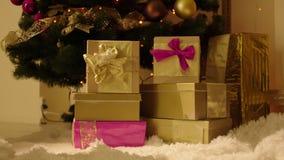 Amontonamiento de las cajas de regalo por el árbol de navidad almacen de metraje de vídeo