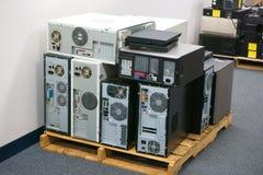 Amontonamiento de los ordenadores y de los puestos de trabajo obsoletos Imagenes de archivo