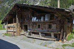 Amontonamiento de madera y material de la granja en la cabaña vieja Fotos de archivo