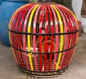 Amontone en una jaula colorida que espera su lucha siguiente Fotografía de archivo