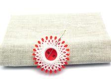 Amorçage blanc avec le pointeau de couture Photo stock