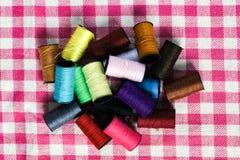 Amorçage coloré pour la couture Photographie stock libre de droits