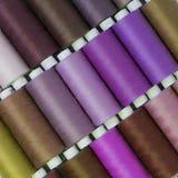Amorçage coloré pour la couture Fils dans des bobines Photos stock