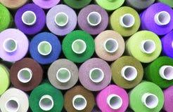 Amorçage coloré pour la couture Fils dans des bobines Photo stock