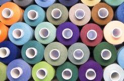 Amorçage coloré pour la couture Fils dans des bobines Image libre de droits