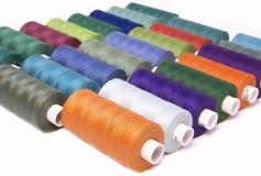 Amorçage coloré pour la couture Fils dans des bobines Photos libres de droits