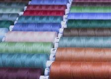 Amorçage coloré pour la couture Fils dans des bobines, Image stock