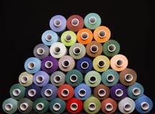 Amorçage coloré pour la couture Fils dans des bobines Photo libre de droits