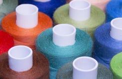 Amorçage coloré pour la couture Fils dans des bobines Photographie stock