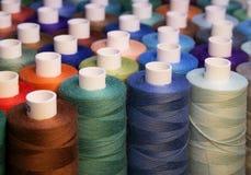 Amorçage coloré pour la couture Fils dans des bobines Images libres de droits