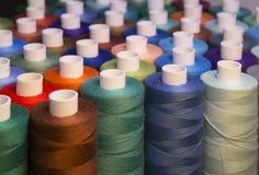 Amorçage coloré pour la couture Fils dans des bobines Photographie stock libre de droits