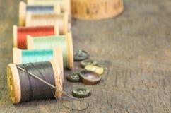 Amorçage de couture avec le pointeau et les boutons photo stock