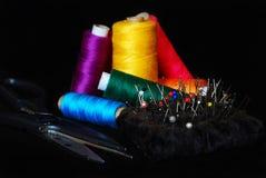 Amorçage de couture, ciseaux et thumbtacks Images libres de droits