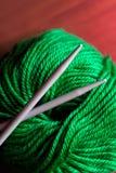 Amorçage et pointeau de tricotage Photographie stock