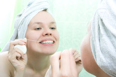Amorçage propre de dents de femme Image stock
