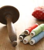 Amorçage sur des bobines pour la couture Image libre de droits