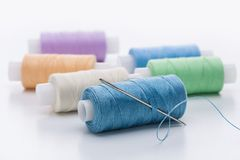 Amorçages colorés pour la couture Photos libres de droits