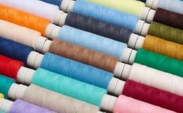 Amorçages colorés pour la couture Photographie stock libre de droits