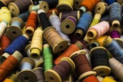 Amorçages colorés pour la couture Images libres de droits