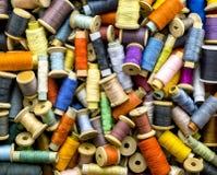 Amorçages colorés pour la couture Photos stock